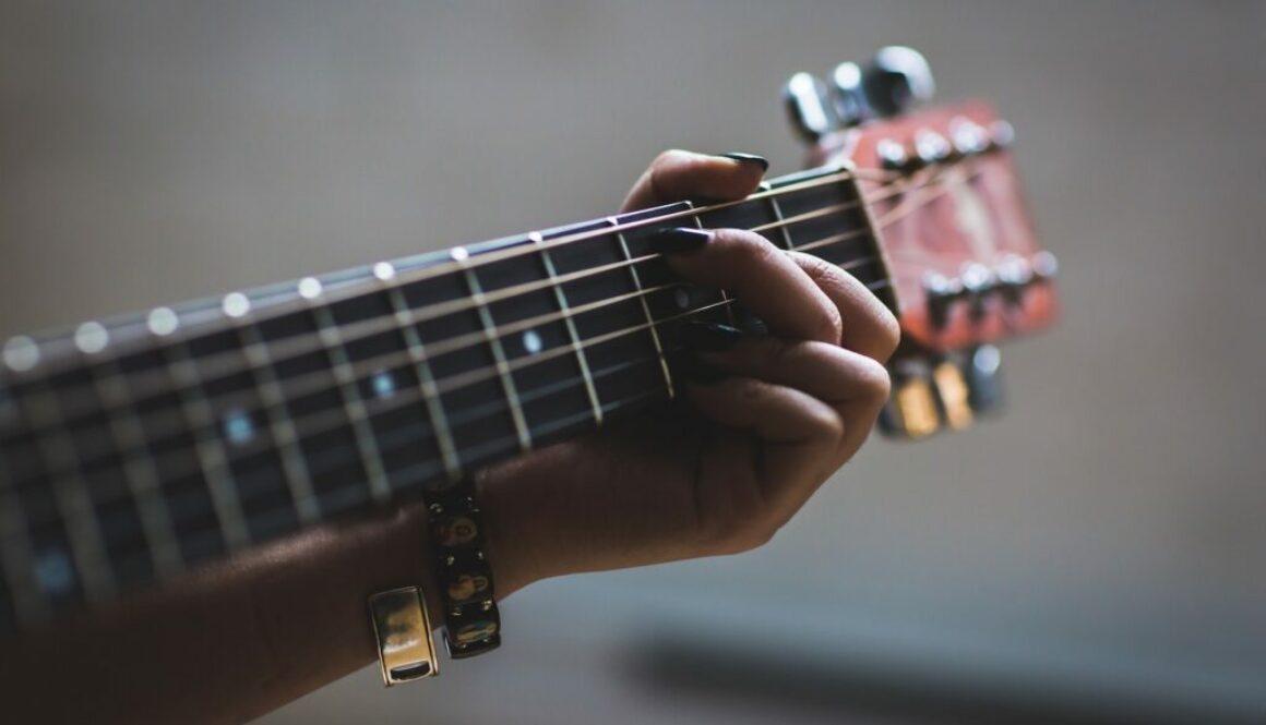 5 enkla rocklåtar på gitarr - Photo by Burst